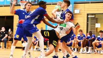 Für Deutschland im Einsatz: Der Muggensturmer Torsten Anselm (beim Wurf), der für die SG Pforzheim/Eutingen spielt, feierte in Bochum seine Länderspielpremiere in der nationalen Handball-U17-Auswahl.