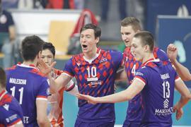 Jubel in Mannheim: Die ehemaligen Bühler Mario Schmidgall und Noah Baxpöhler (von rechts) gewannen mit den United Volleys Frankfurt den deutschen Volleyball-Pokal durch einen 3:0-Sieg im Finale gegen die Netzhoppers Königs Wusterhausen.