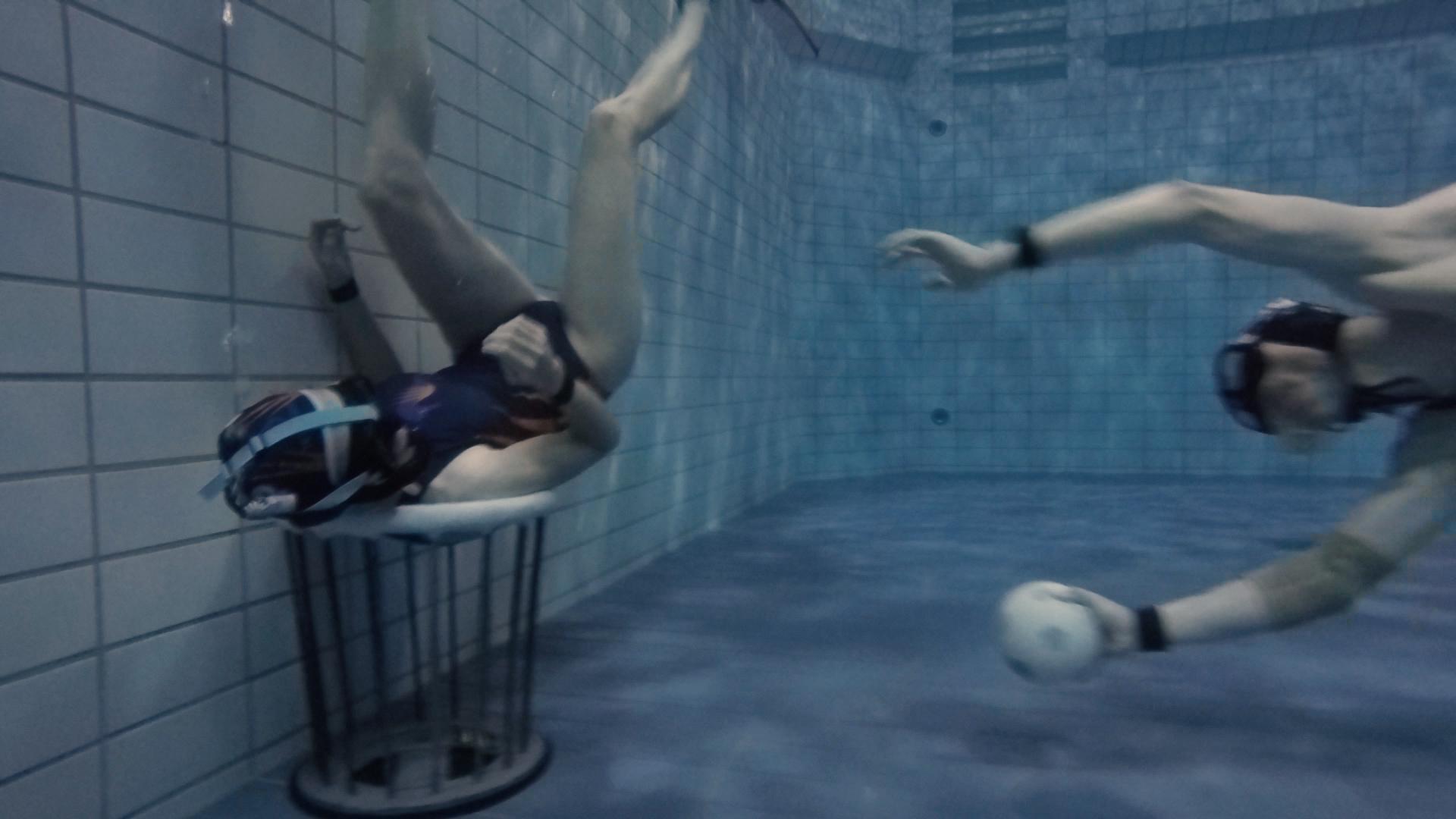 Unterwasserrugby Spielerin verteidigt Tor