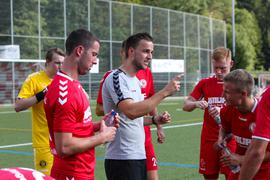 Trainer SV Bühlertal Johannes Hurle bei Ansprache ans Team