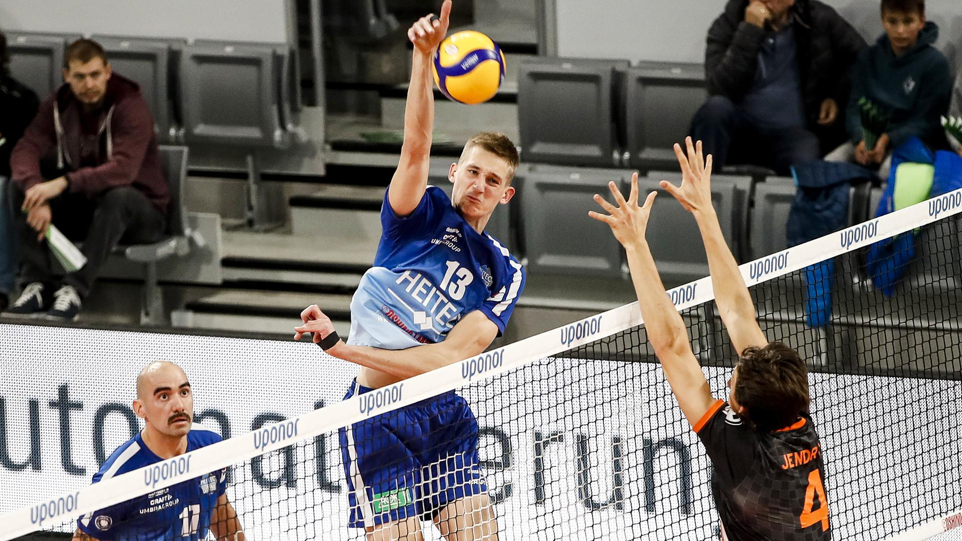 links Mathäus Jurkovics Heitec Volleys, 13 rechts Jeffrey Jendryk II Berlin Recycling Volleys, 04 Heitec Volleys - Berlin Recycling Volleys / Volleyball Bundesliga / Saison 2019/20 / Spieltag 8 / 24.11.2019 / Brose Arena Bamberg Heitec Volleys - Berlin Recycling Volleys Bamberg *** left Mathäus Jurkovics Heitec Volleys, 13 right Jeffrey Jendryk II Berlin Recycling Volleys, 04 Heitec Volleys Berlin Recycling Volleys Volleyball Bundesliga Season 2019 20 Matchday 8 24 11 2019 Brose Arena Bamberg Heitec Volleys Berlin Recycling Volleys Bamberg Copyright: xEibner-Pressefoto/xeerx EPdlb