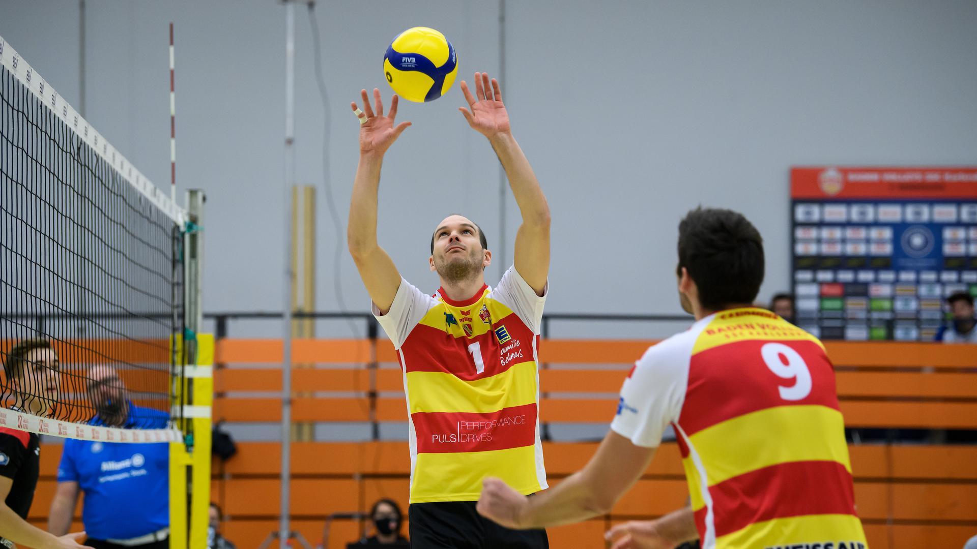Fabian Schmidt (SSC)  im Zuspiel auf Thorben Sandmeier (SSC).  GES/ Volleyball/ 2. Bundesliga-Sued:  Baden Volleys - TuS Kriftel, 21.11.2020