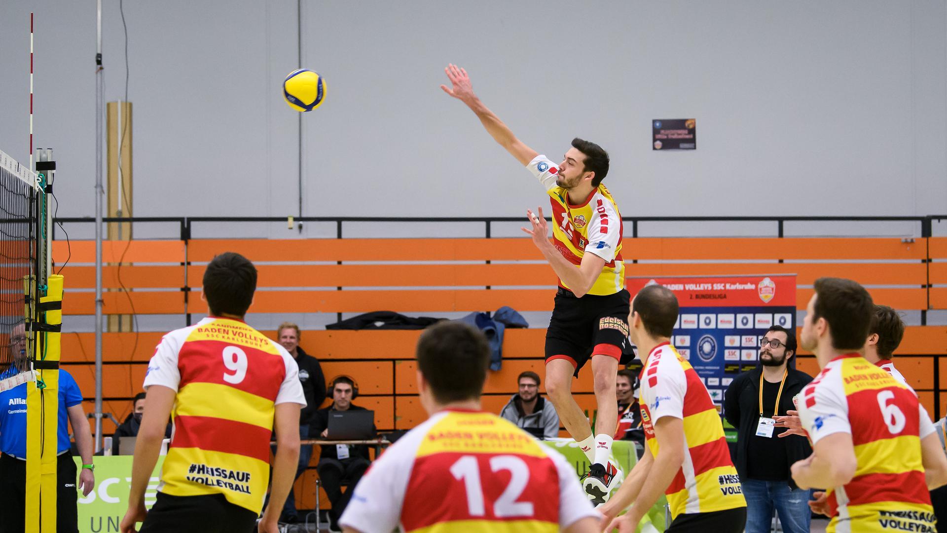Jens Sandmeier (SSC) beim Schmetterball.  GES/ Volleyball/ 2. Bundesliga-Sued: Baden Volleys SSC Karlsruhe - Blue Volleys Gotha, 05.12.2020 --