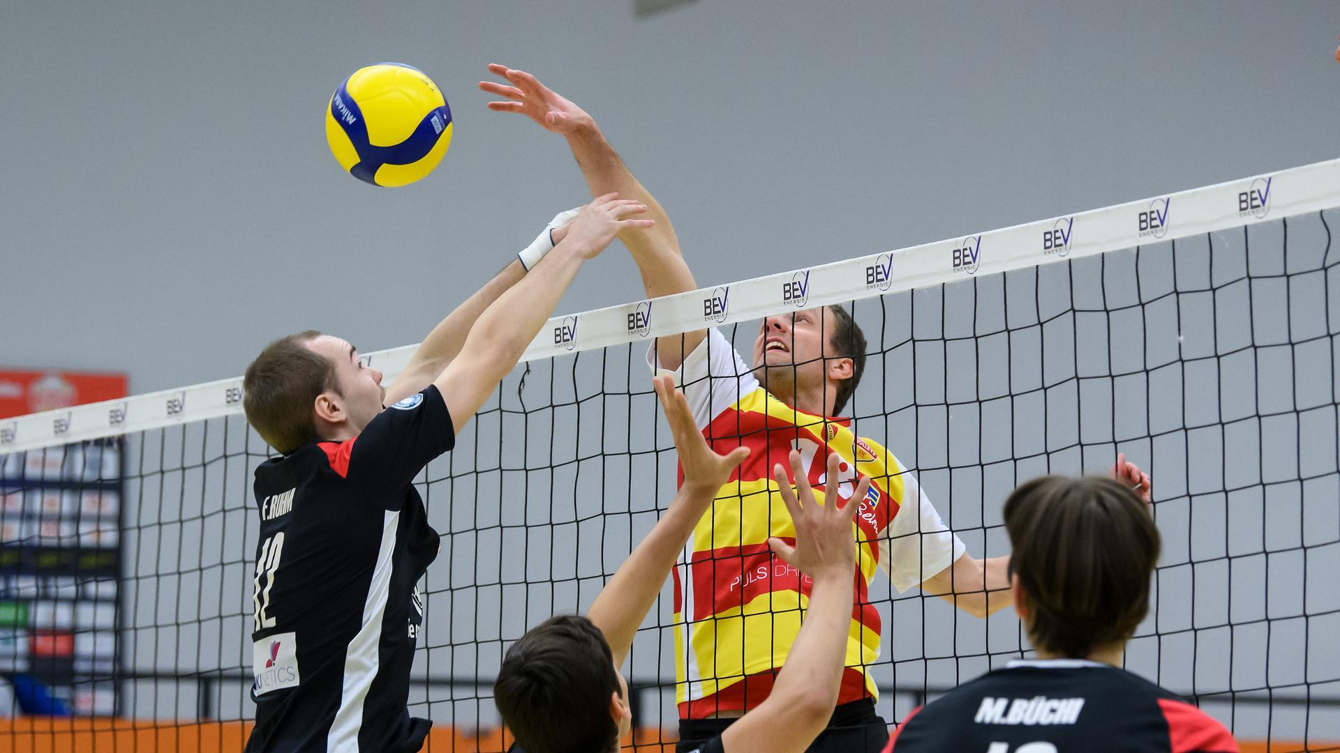 Sebastian Sent (SSC) im Zweikampf mit Florian Ruhm (TuS).  GES/ Volleyball/ 2. Bundesliga-Sued:  Baden Volleys - TuS Kriftel, 21.11.2020 --