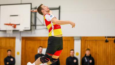 Felix Roos (SSC Karlsruhe6)  beim Aufschlag.  GES/ Volleyball/ 2. Bundesliga-Sued: BADEN Volleys SSC Karlsruhe- TGM Mainz, 11.10.2020 --