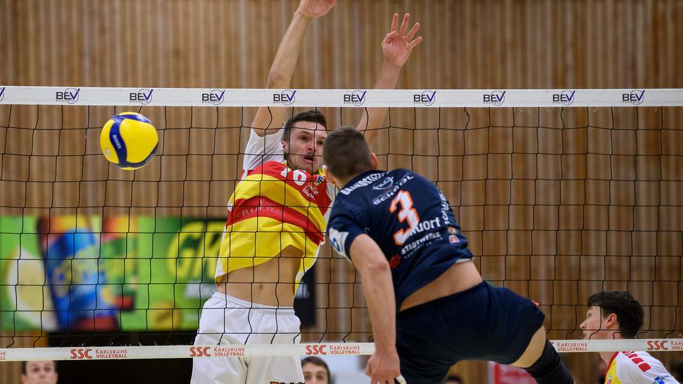 Neuzugang Leon Zimmermann (SSC) im Zweikampf mit Thomas Brandstetter (TSV).  GES/ Volleyball/ 2. Bundesliga-Sued: SSC Karlsruhe - TSV Muehldorf, 19.09.2020 --