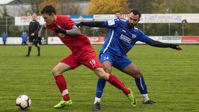Foto: Kochanek, 17.11.2019, Heidelsheim, Fussball Landesliga, FC Heidelsheim - TSV Reichenbach, links: 19 Mario Zelic - FC, rechts: 24 Ibrahim Aydin - TSV