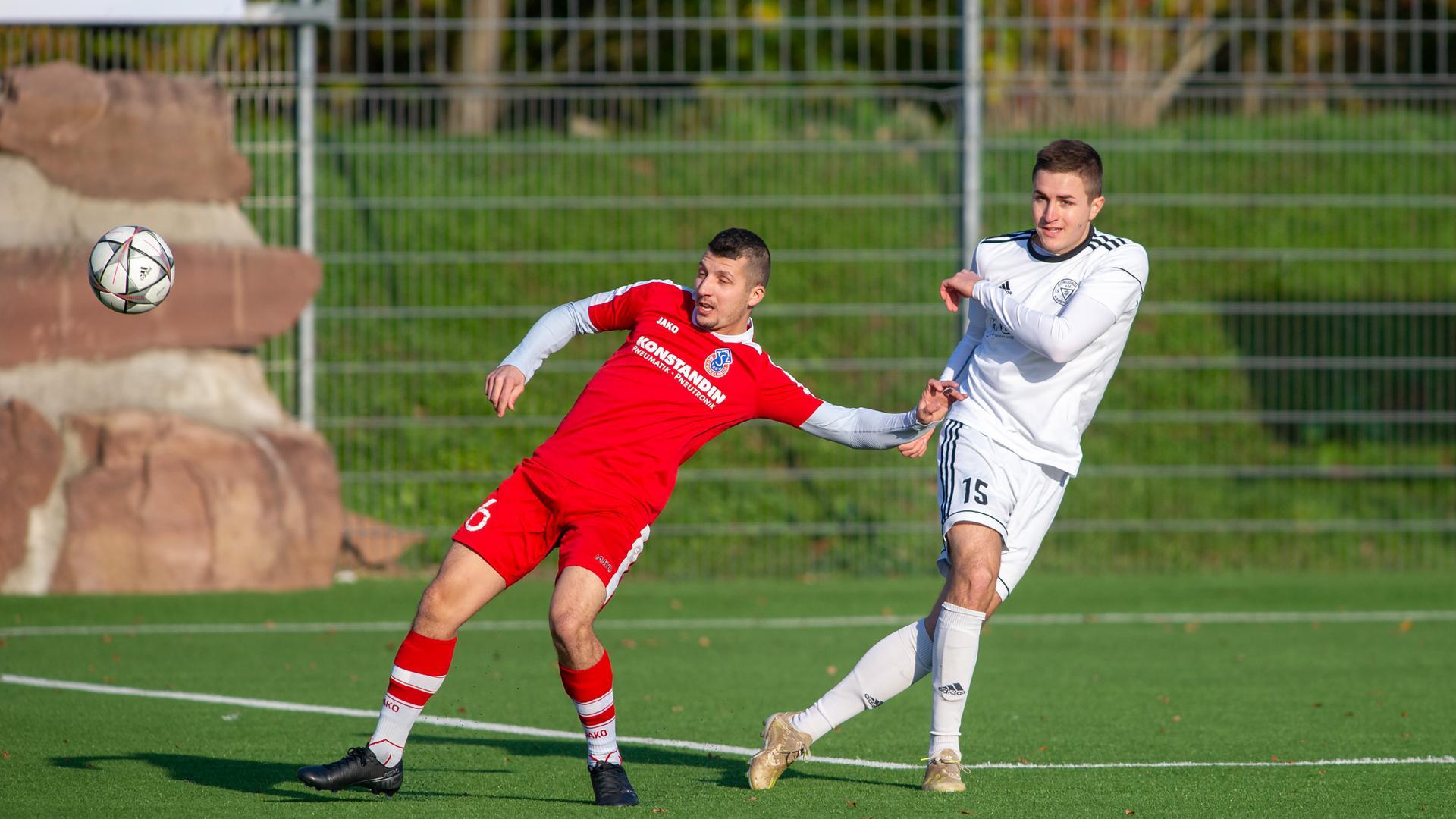 Michael Fuerbass (Hambruecken) , rechts, gegen Simon Markovic (Mutschelbach)), links.  GES/ Fussball/ ATSV Mutschelbach 2 - FV Hambruecken 10.11.2019--