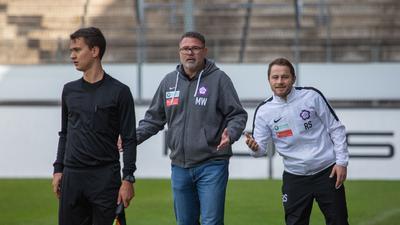 Nöttingens Trainer Marcus Wenninger (Mitte) diskutiert im Spiel gegen die Stuttgarter Kickers mit dem Schiedsrichter.
