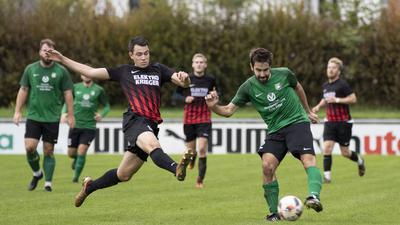 FC Karlsdorf - FV Neuthard, links: 14 Tobias Drexler - FV, rechts: 12 Julian Becker - FC