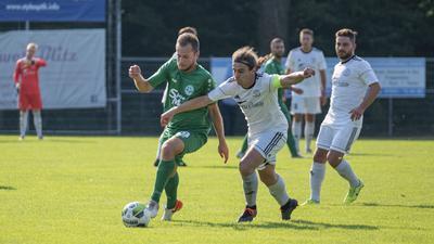 FV Hambrücken gegen FC Olympia Kirrlach; im Bild: links: Mike Weindel (FC Olympia Kirrlach), rechts: Joshua Krämer (FV Hambrücken)