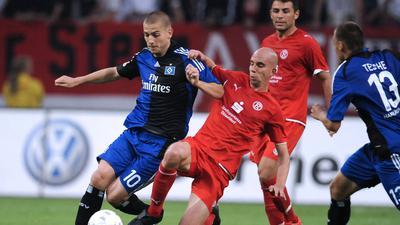 Stephan Sieger grätscht im Trikot der Fortuna Düsseldorf 2009 in einem DFB-Pokalspiel gegen Mladen Petric vom Hamburger SV.