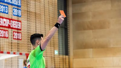 Unbeliebter Job: Handball-Schiedsrichter haben es nicht leicht. Entsprechend schwer fällt es den Vereinen, Nachwuchs zu generieren, der dringend gebraucht würde.