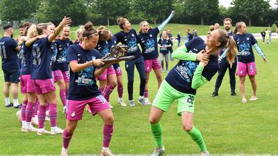 Die Spielerinnen der TSG Hoffenheim feiern nach dem letzten Saisonspiel den Einzug in die Champions-League-Qualifikation