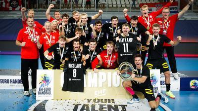 Die deutsche U19-Nationalmannschaft feiert den EM-Titel in Kroatien.