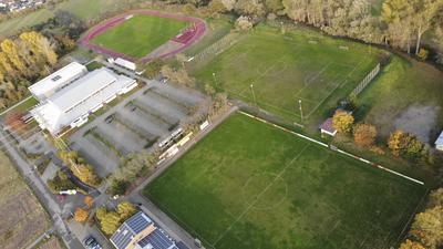 Alles bleibt wie es ist: Das Altenbürgzentrum in Karlsdorf-Neuthard mit Halle, Stadion und den beiden Plätzen des FV Neuthard. Links oben anstelle des kleinen Wäldchens waren Clubhaus und Hauptspielfeld des FC Karlsdorf vorgesehen. Die Lage des Trainingsplatzes war noch offen.