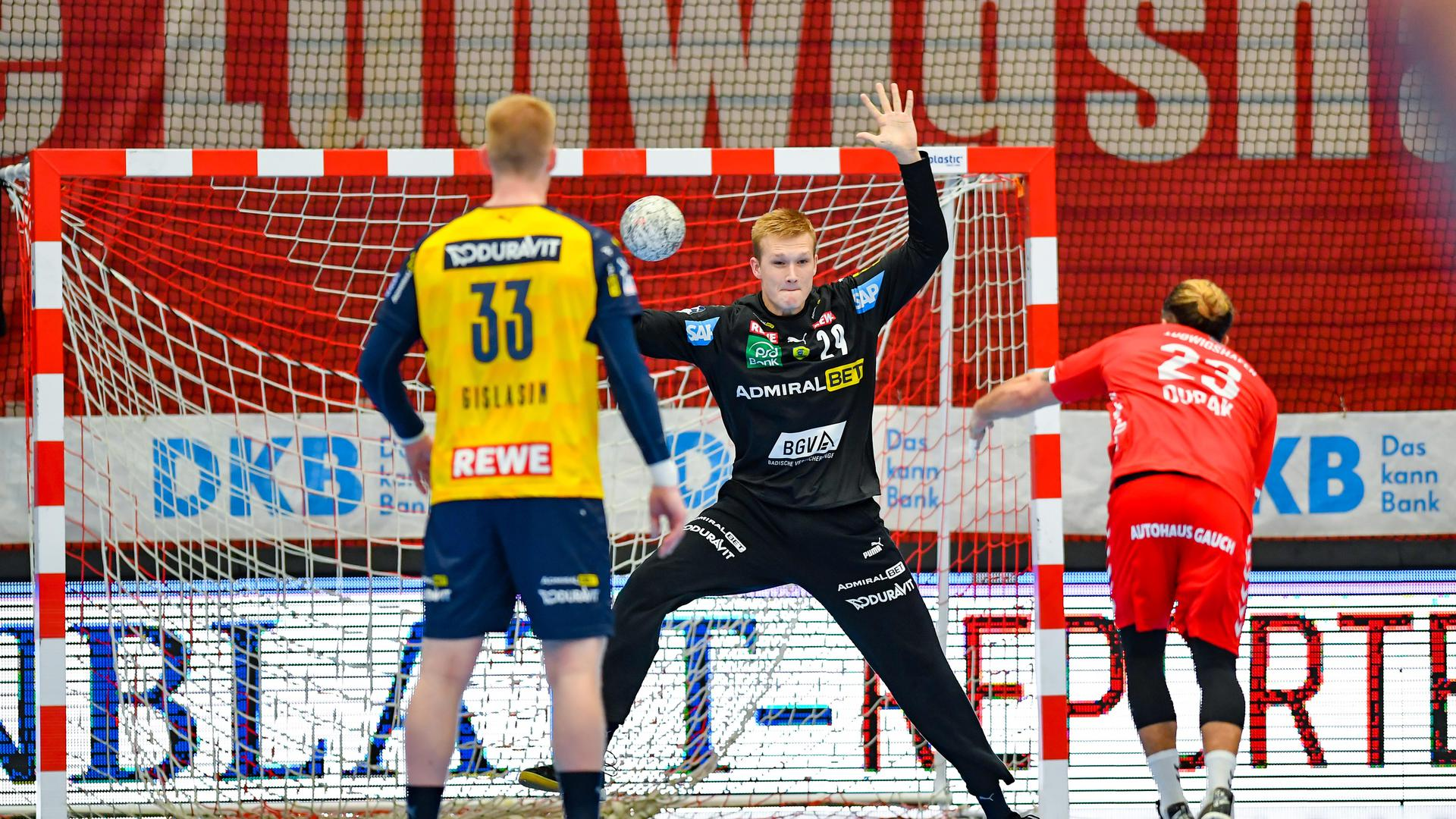 David Spaeth #29 / RNL  haelt gegen Pascal Durak       , Eulen Ludwigshafen vs. Rhein-Neckar Loewen  , RNL Saison 2020 / 2021,  © Copyright: AS Sportfoto / Soerli Binder,  www. as-sportfoto.de, MSP_0610_RNL_
