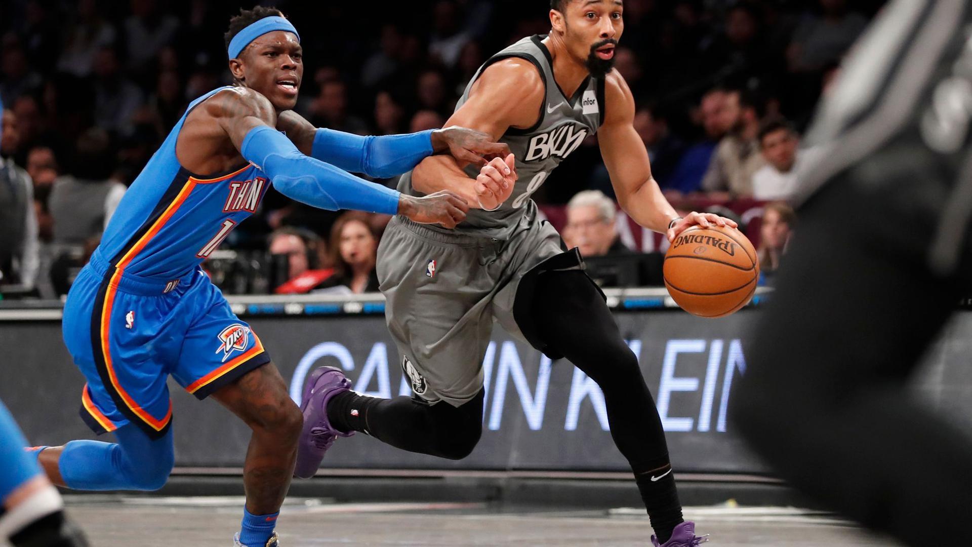 Spencer Dinwiddie (r) von den Brooklyn Nets im Duell mit Dennis Schröder.