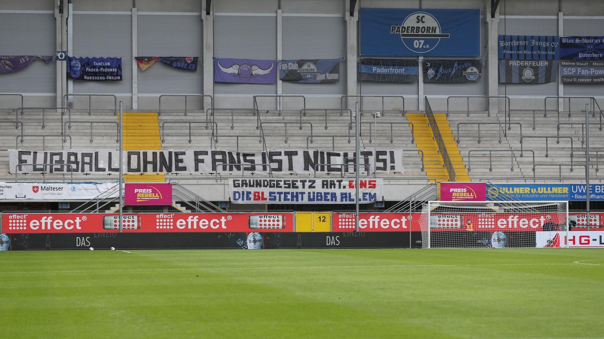 """""""Fußball ohne Fans ist nichts!"""" steht auf einem Transparent in der Paderborner Benteler-Arena."""