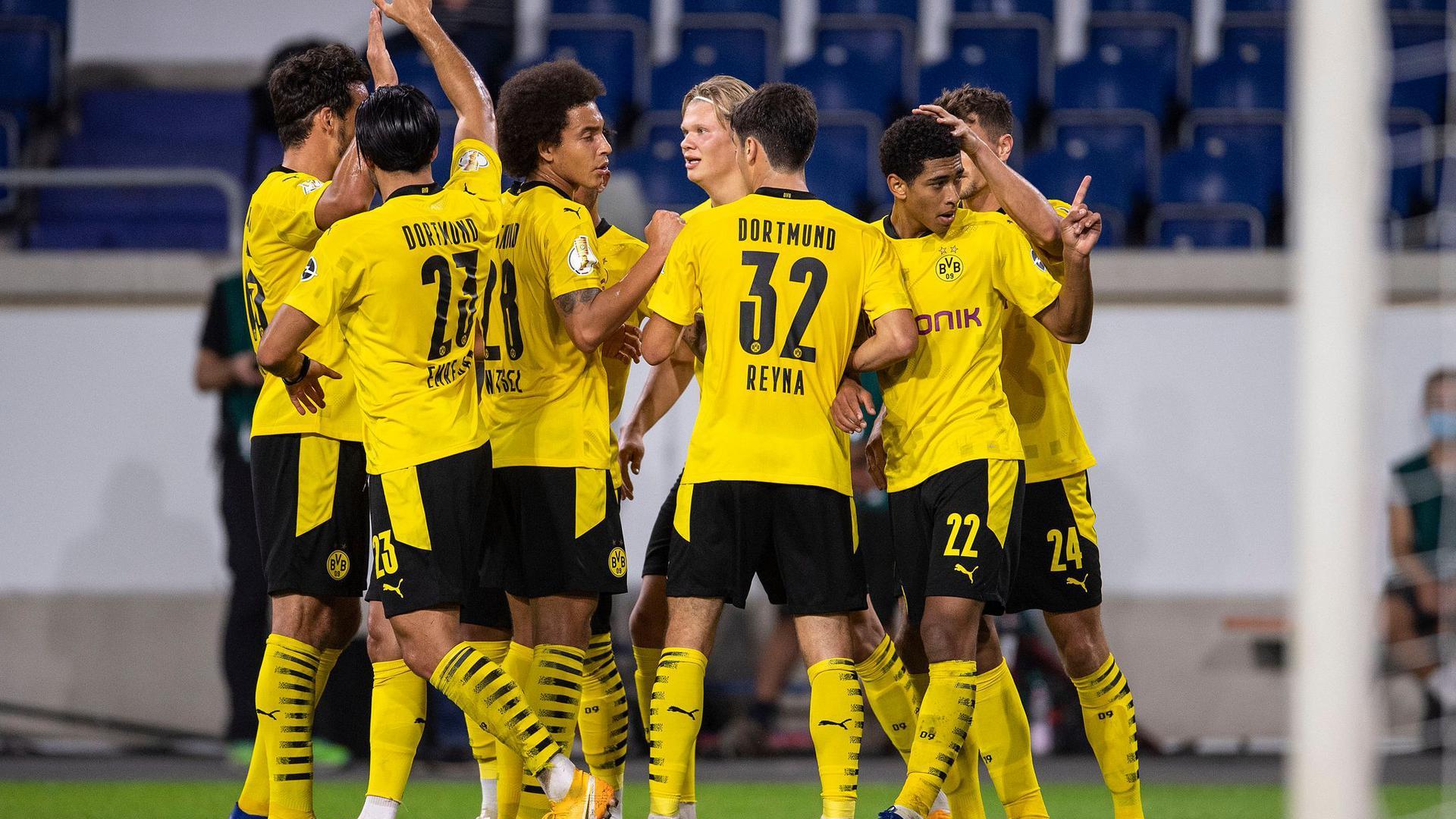 Die Dortmunder um Neuzugang Jude Bellingham (2.v.r.) haben ein junges Team.
