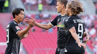 Freiburgs Nils Petersen (M) jubelt nach seinem Tor zum 1:0 mit Wooyeong Jeong (l) und Lucas Höler über den Treffer.