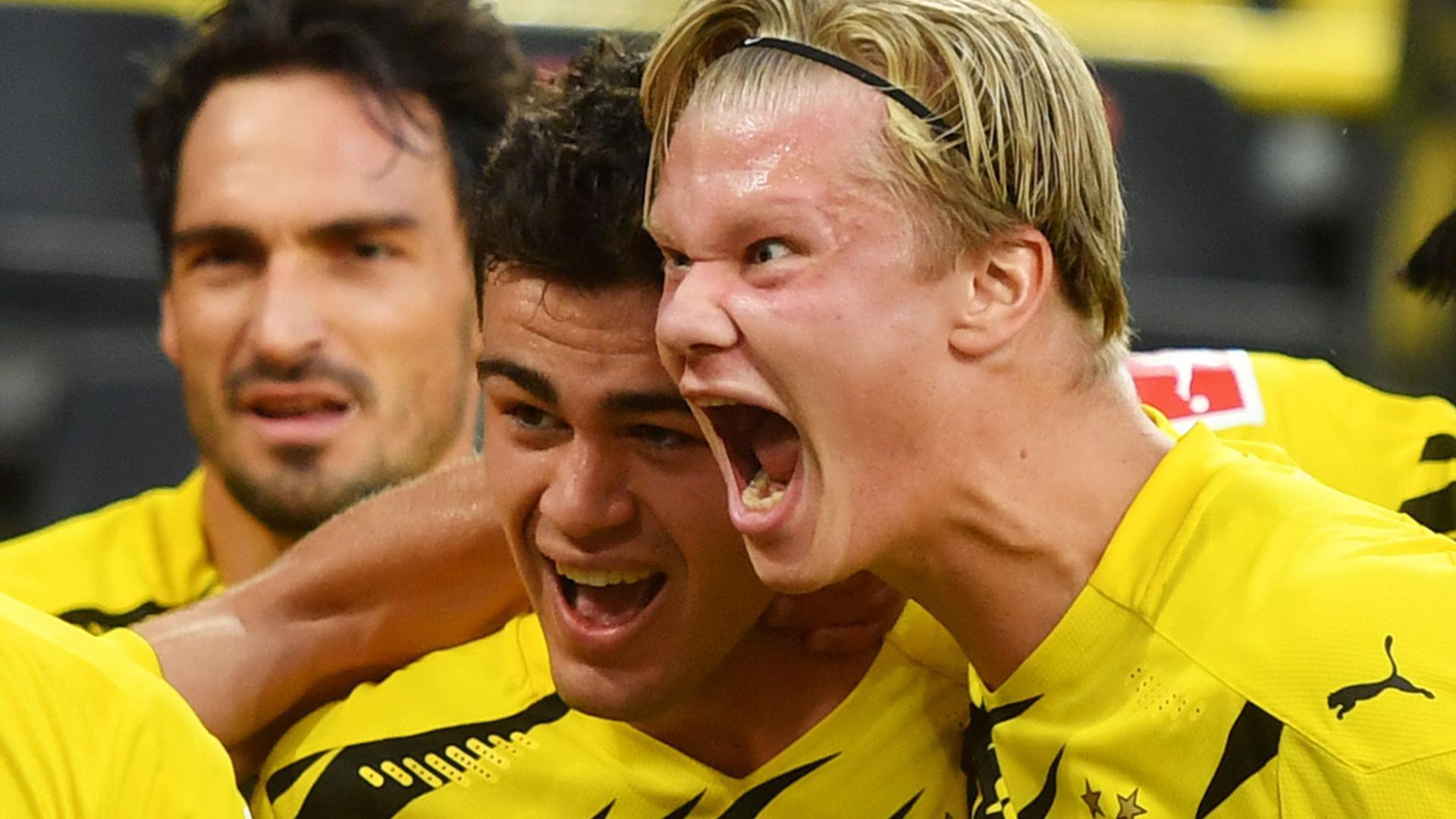 Dortmunds Giovanni Reyna (M) bejubelt sein Tor zum 1:0 mit seinem Teamkollegen Erling Haaland.