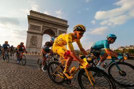 Der Slowene Tadej Pogacar (M) gewann die Tour de France.
