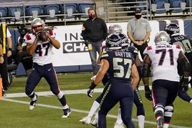 Der Stuttgarter Football-Profi Jakob Johnson (l) erzielte einen Touchdown für die New England Patriots.
