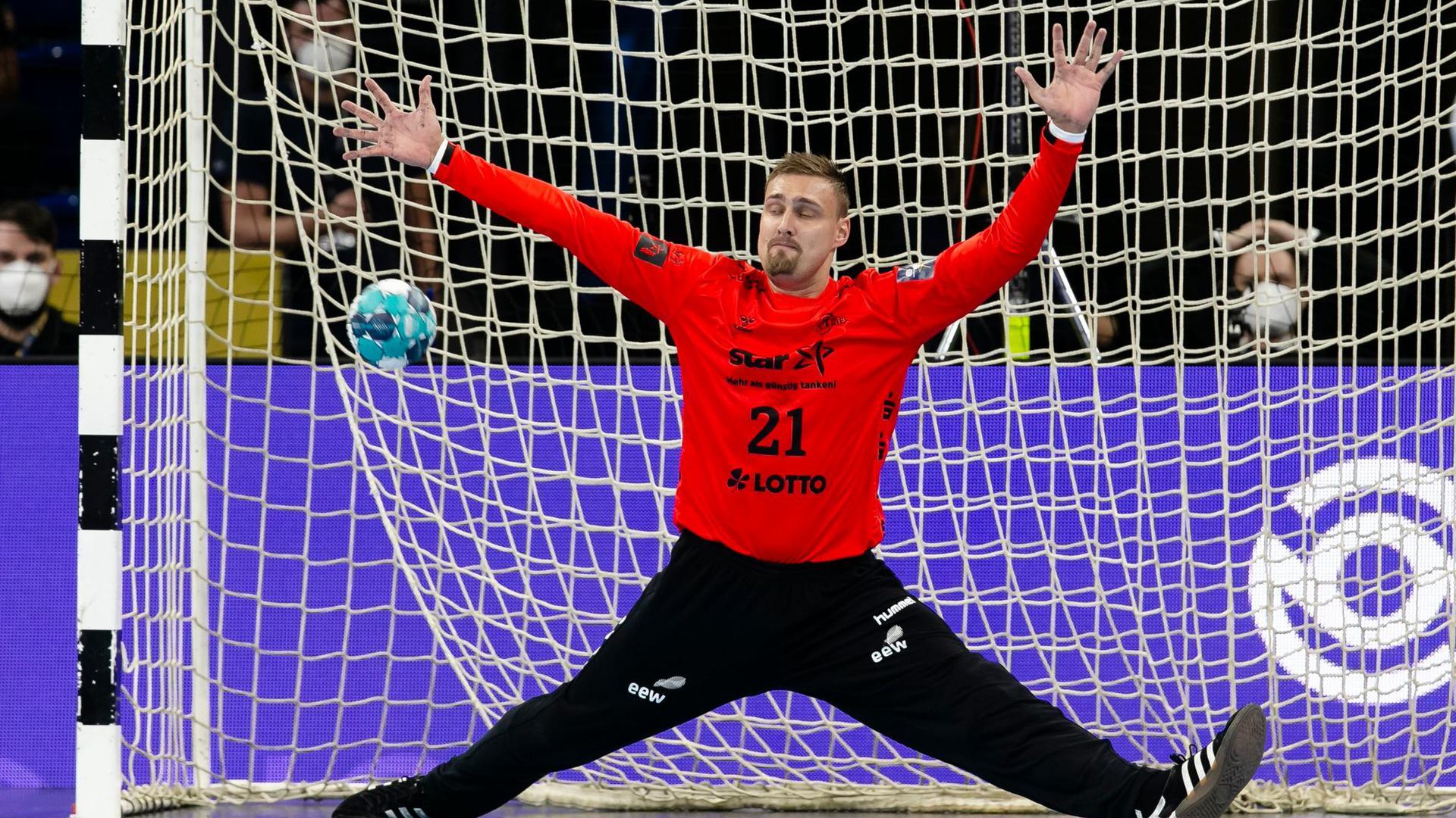 Der Kieler Torwart Dario Quenstedt kassiert einen Gegentreffer.