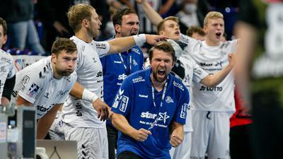 Die Spieler des THW Kiel feiern den Sieg über Hannover-Burgdorf.