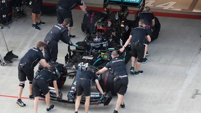 Der zunächst uneindeutige Corona-Test bei einem Mitarbeiter des Formel-1-Teams Mercedes hat sich als negativ erwiesen.