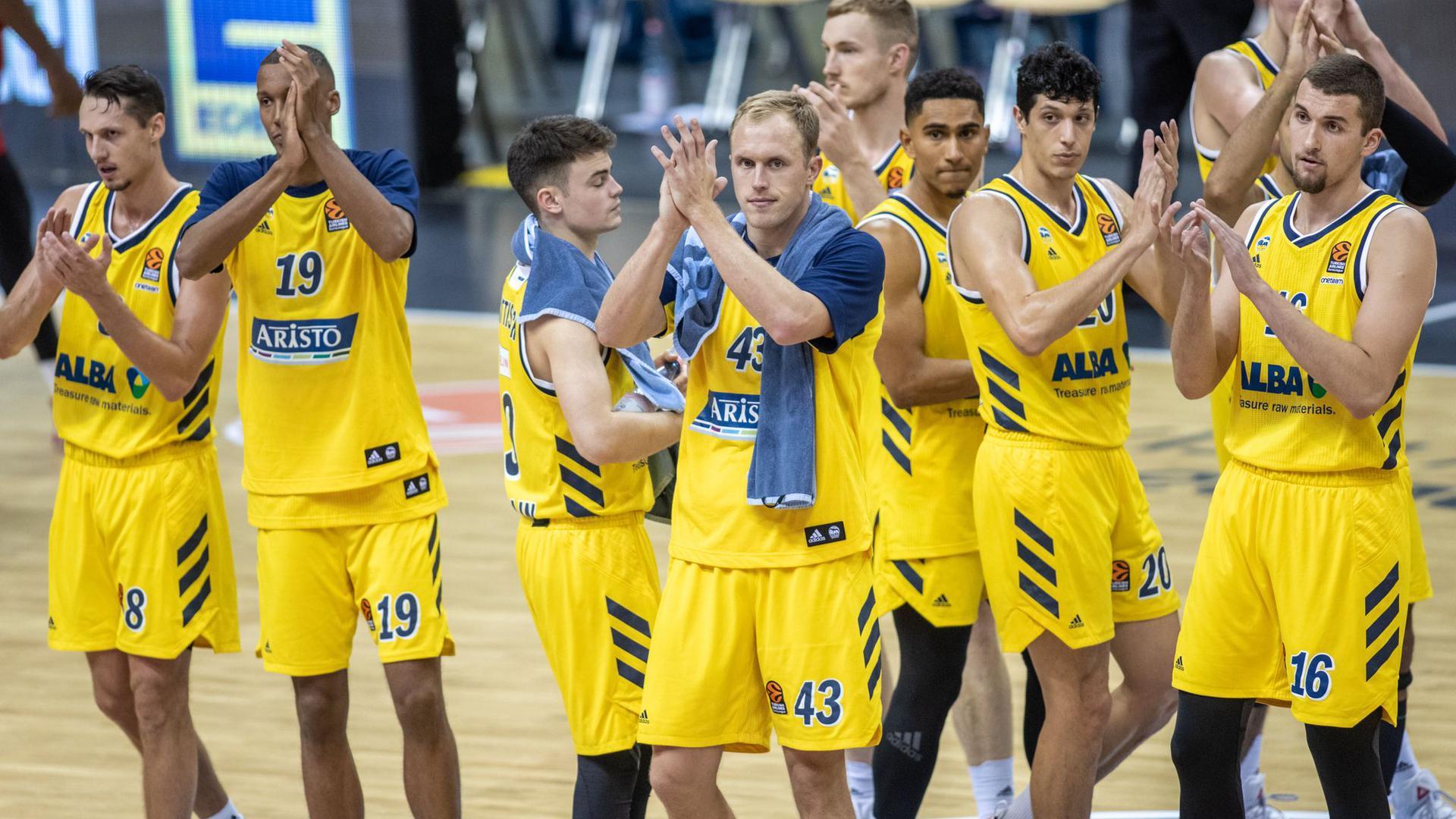 Albas Spieler bedanken sich nach der Niederlage bei den Fans.