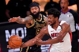 Markieff Morris (l) von den Los Angeles Lakers verteidigt gegen Miamis Jimmy Butler.
