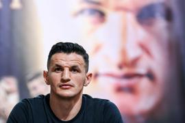 Robin Krasniqi ist durch einen überraschenden K.o.-Sieg neuer Weltmeister im Halbschwergewicht.