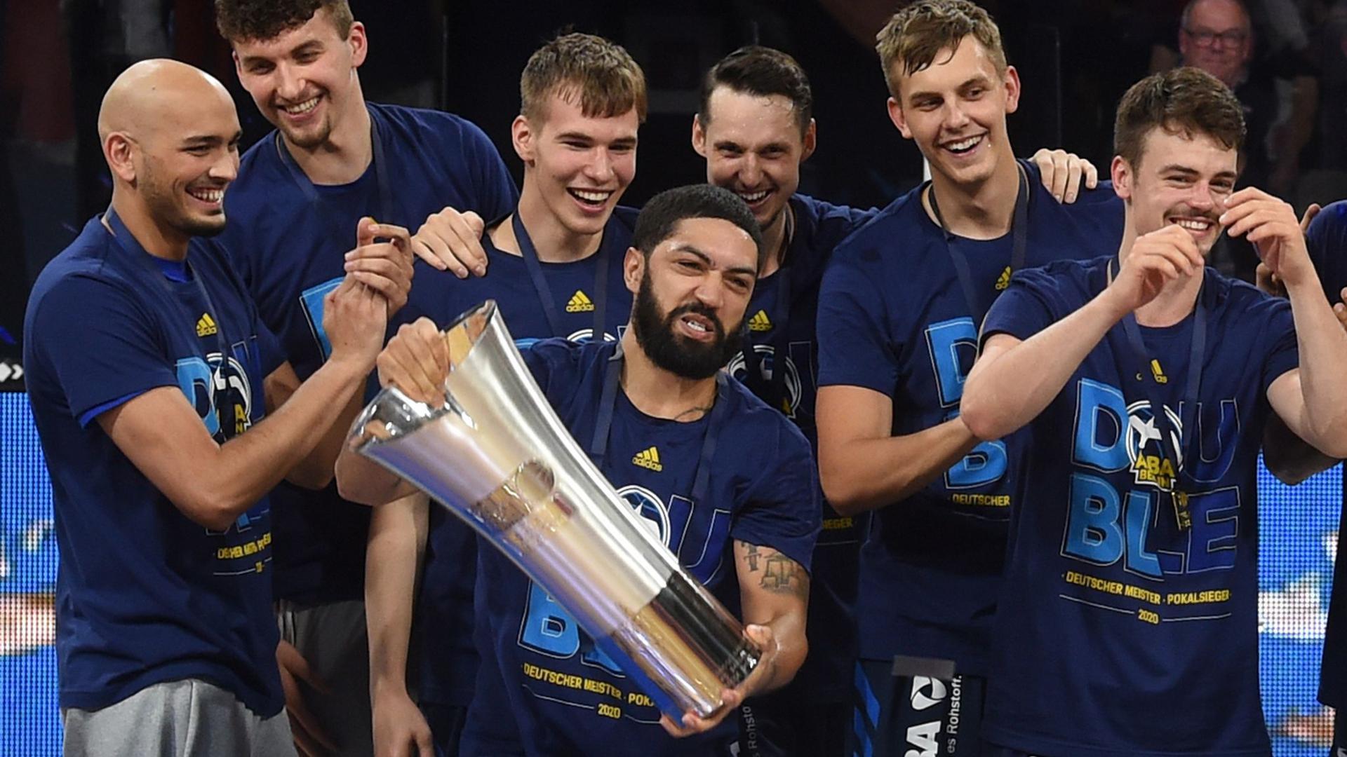 Holten 2020 neben der Meisterschaft auch den Pokal: Die Basketballer von Alba Berlin.