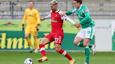 Freiburgs Vincenzo Grifo (M) in Aktion gegen Bremens Josh Sargent.
