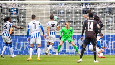 Marc Oliver Kempf (r) brachte den VfB Stuttgart bei Hertha BSC auf die Siegerstraße.
