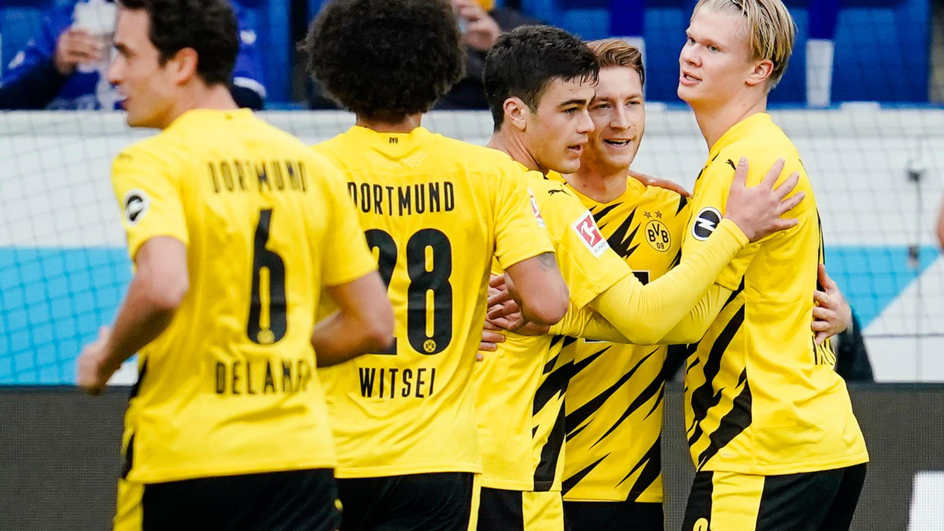 BVB-Torschütze Marco Reus (2.v.r.) wird von Teamkollegen gefeiert.