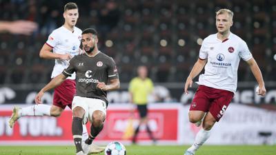 St. Paulis Daniel-Kofi Kyereh (l) und Nürnberg-Torschütze Johannes Geis teilten sich mit ihren Teams die Punkte.