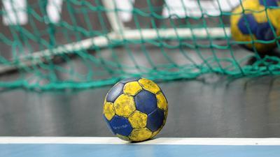 Ein Handball liegt im Tor.