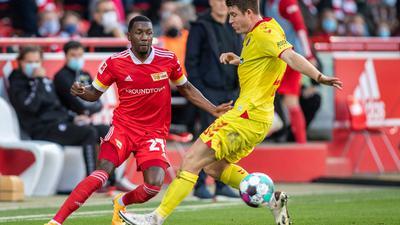 Berlins Sheraldo Becker (l) kämpft gegen Freiburgs Dominique Heintz um den Ball.