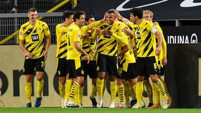 Der Dortmunder Manuel Akanji (M) wird gefeiert, nachdem er das das Eröffnungstor im Revier-Derby erzielt hat.