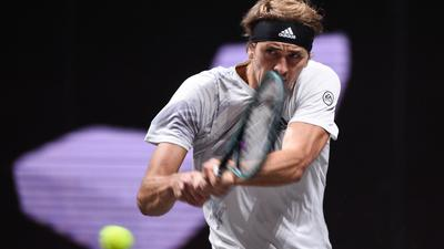 Alexander Zverev spielt eine Rückhand - und hat auch das zweite ATP-Turnier in Köln gewonnen.
