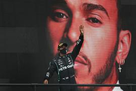 Weltmeister Lewis Hamilton vom Team Mercedes jubelt über seinen 92. Karrieresieg.