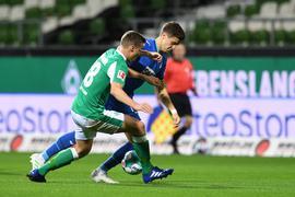 Werders Niklas Moisander (l) kämpft gegen Hoffenheims Christoph Baumgartner um den Ball.