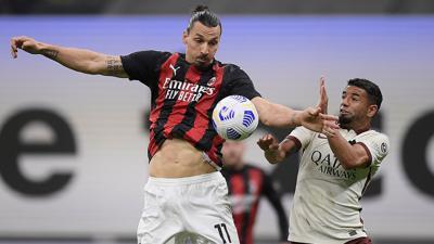 Zlatan Ibrahimovic (l) vom AC Mailand und Bruno Peres vom AS Rom kämpfen um denBall.