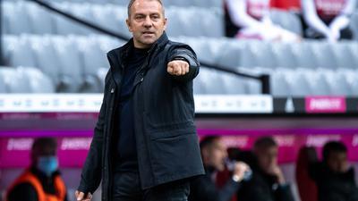 Lässte Serge Gnabry in Moskau vorerst auf der Bank: Bayern-Coach Hansi Flick.