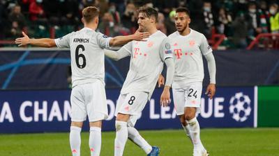 Joshua Kimmich (l)sorgte für den knappen Bayern-Sieg in Moskau.