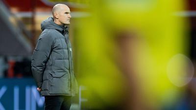 Augsburgs Trainer Heiko Herrlich steht an der Seitenlinie.