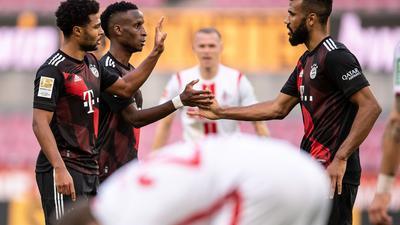 Bayerns Torschütze Serge Gnabry, Bouna Sarr und Eric Maxim Choupo-Moting  (l-r) bejubeln den Treffer zum 2:0.